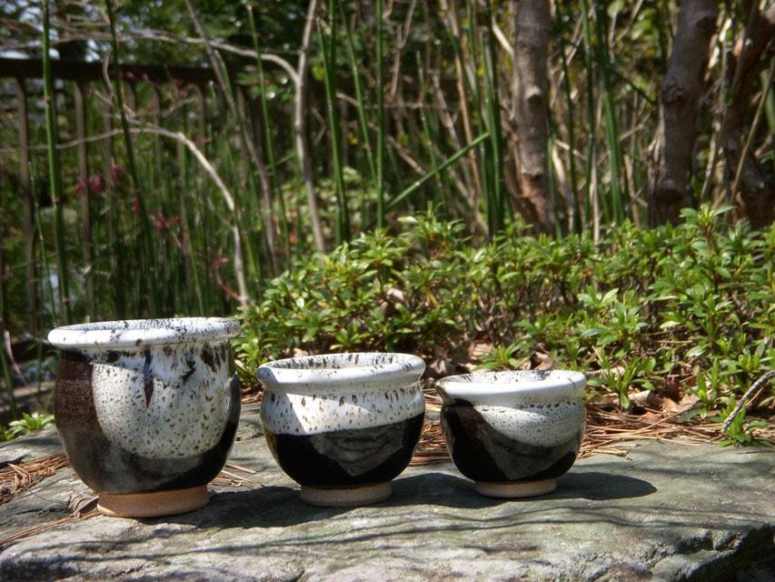 窯場の庭に置いた小甕