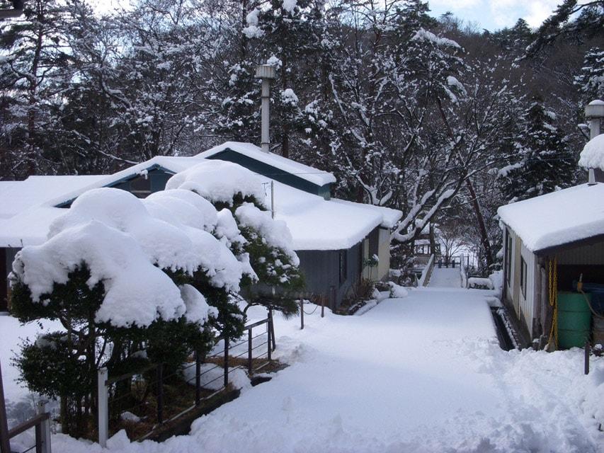 雪に包まれた窯場の庭