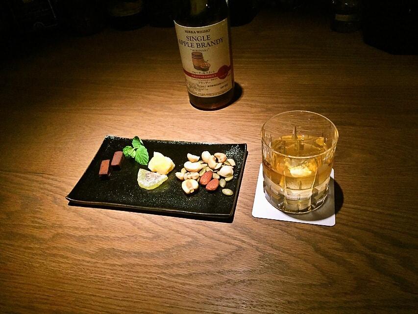 お酒と盛り付けられた板皿